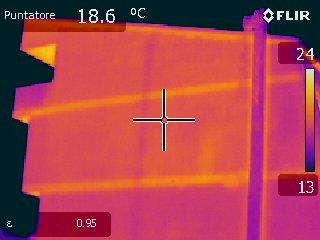 Immagine all'IR ponti termici strutturali e pareti non isolate